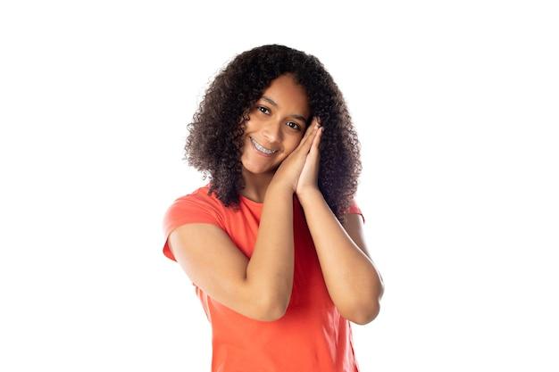 Fröhliche schwarze studentin mit afro-haar auf weißem hintergrund