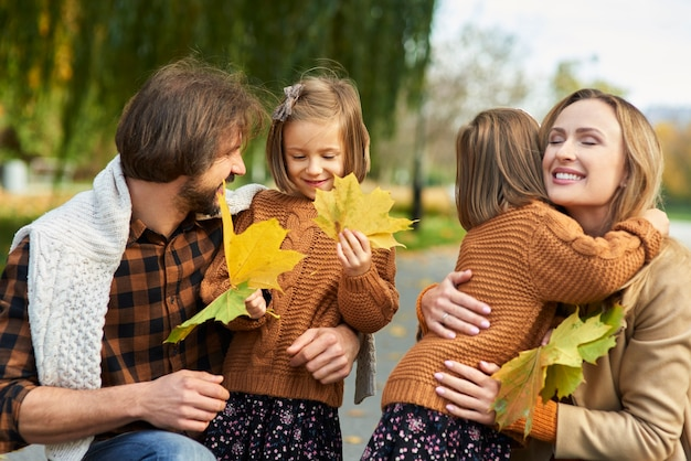 Fröhliche szene der familie im herbstwald