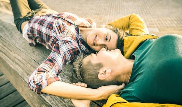 Fröhliche verliebte freundinnen, die in der frühjahrsferienzeit gemeinsam zeit auf einer reise im freien verbringen - frauenfreundschaftskonzept mit schönen mädchen, die spaß an modischer kleidung haben - warme kontrastfilterstimmung