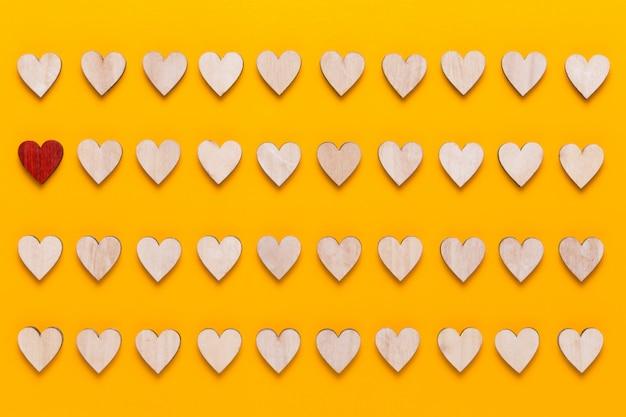 Fröhlichen valentinstag. mit kleinen farbigen herzen auf gelb.