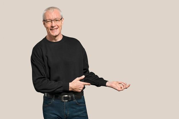 Fröhlicher älterer mann in einem langärmeligen schwarzen t-shirt