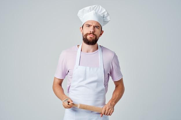 Fröhlicher bärtiger mann, der mit den händen gestikuliert, die lebensmittelzubereitung restaurantindustrie kochen. foto in hoher qualität