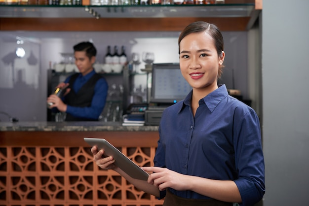 Fröhlicher barbesitzer