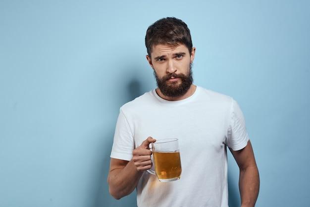 Fröhlicher betrunkener mann bierkrug diätnahrungsmittelspaß blauer hintergrund