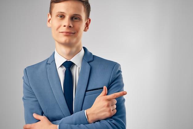 Fröhlicher geschäftsmann im anzug office manager professional
