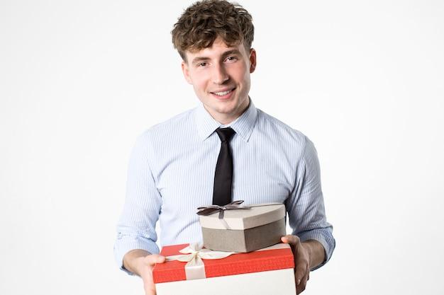 Fröhlicher glücklicher mann mit einem dekorativen geschenk