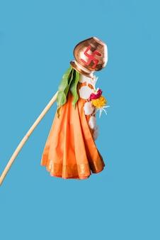 Fröhlicher gruß von gudi padwa - es ist ein hinduistisches neujahr, das in ganz indien gefeiert wird, wo gudhi außerhalb des hauses errichtet wird, bestehend aus bambusstab, stoff, girlande, neem und mangoblättern mit kalash