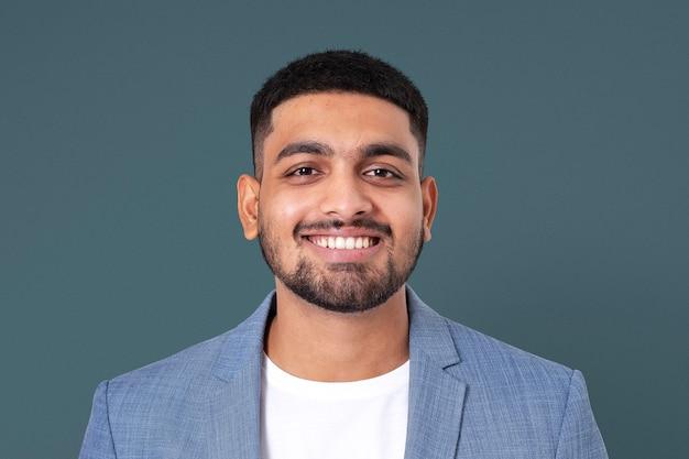 Fröhlicher indischer geschäftsmann, der nahaufnahmeporträt für jobs und karrierekampagne lächelt