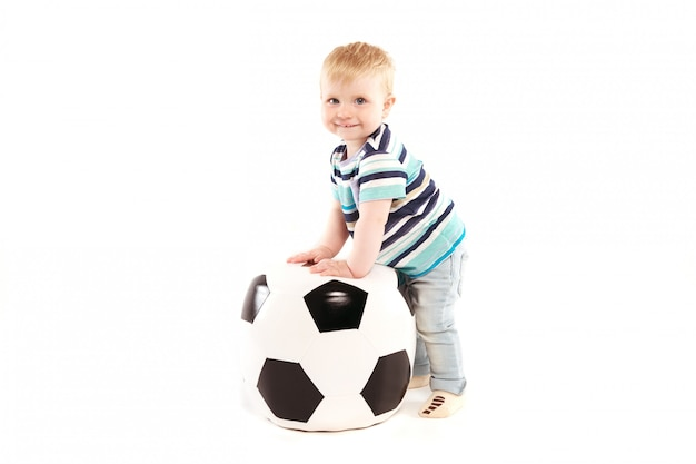 Fröhlicher junge mit einem fußball