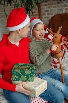 Fröhlicher junge mit papa zu weihnachten