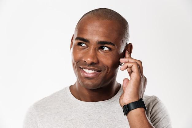 Fröhlicher junger afrikanischer mann