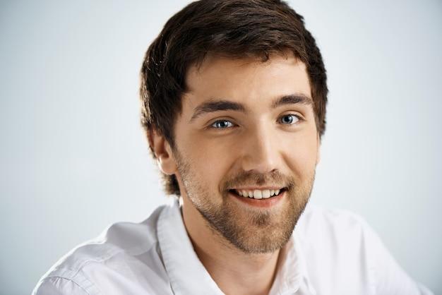 Fröhlicher junger mann lächelnd