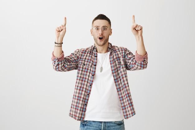 Fröhlicher junger mann posiert