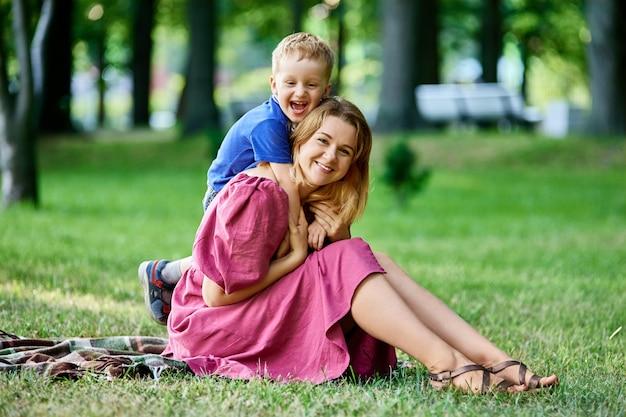 Fröhlicher kleiner junge umarmt mama