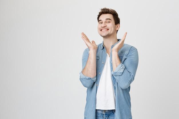 Fröhlicher lächelnder mann klatscht aufgeregt in die hände