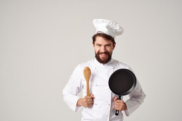 Fröhlicher männlicher koch küchenarbeit kochprofi
