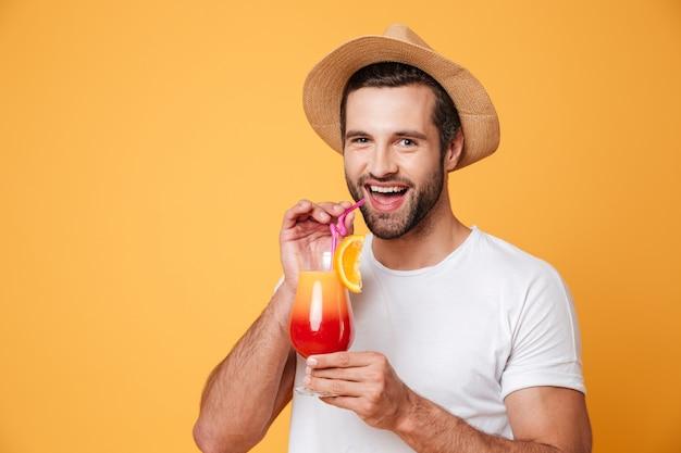Fröhlicher mann, der cocktail trinkt