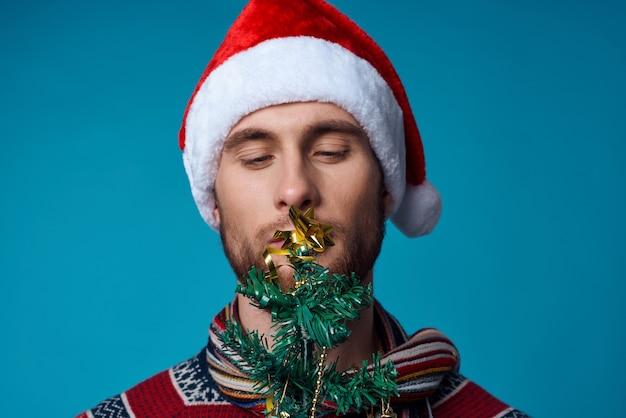 Fröhlicher mann im neuen jahr kleidung dekoration weihnachten isoliert hintergrund