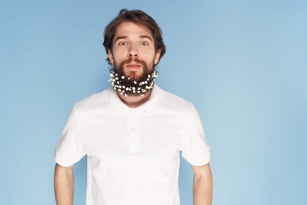 Fröhlicher mann im weißen hemd blüht dekoration lifestyle mode nahaufnahme