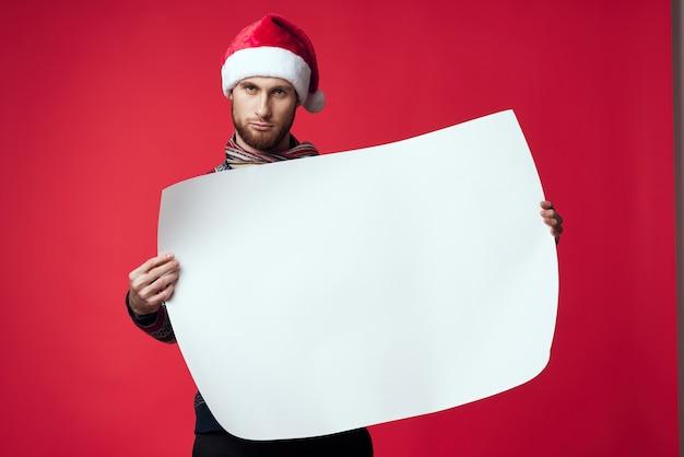 Fröhlicher mann in einem weihnachtlichen weißen mockup-poster-studio posiert