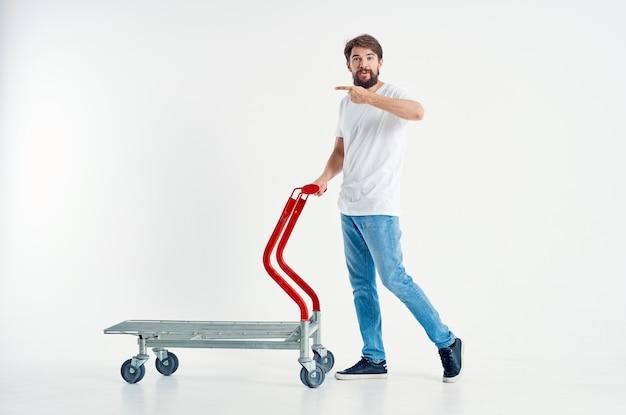 Fröhlicher mann in einem weißen t-shirt transport in einer box isolierten hintergrund