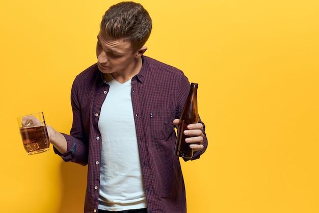 Fröhlicher mann mit bier in den händen von spaßalkohol