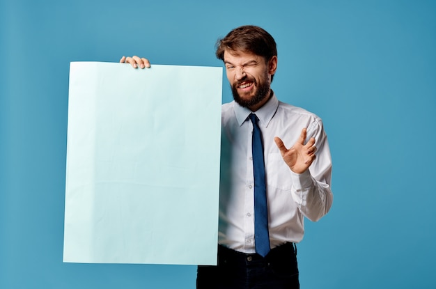 Fröhlicher mann mit blauem mockup-plakat-zeichen-exemplar-nahaufnahme