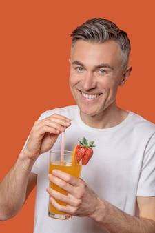 Fröhlicher mann mit glas hellem saft