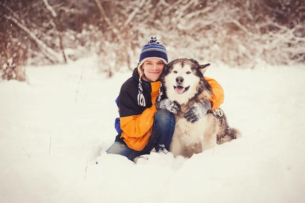 Fröhlicher mann mit hund