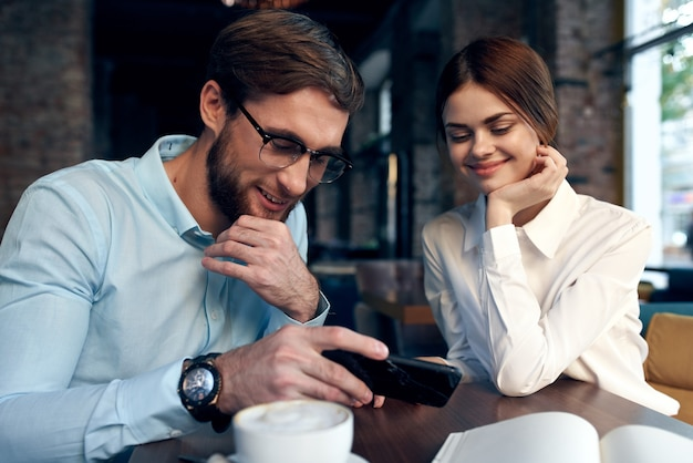 Fröhlicher mann und frau sitzen in einem café