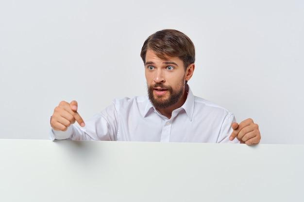 Fröhlicher mann weißbuch in den händen des marketing copyspace studios