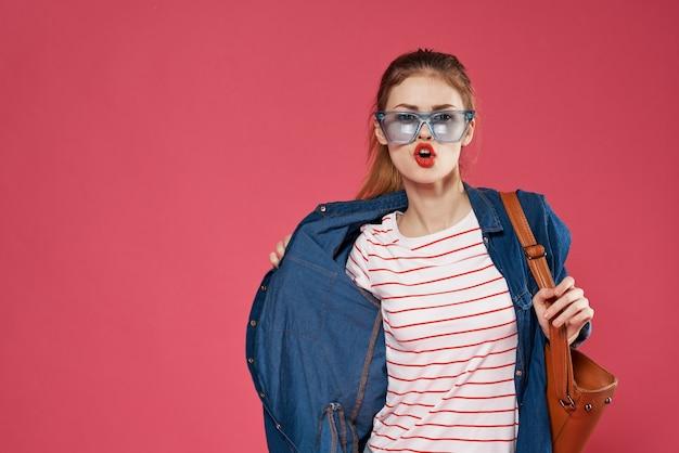 Fröhlicher modischer frauenkleidungslebensstil roter lippenstift.