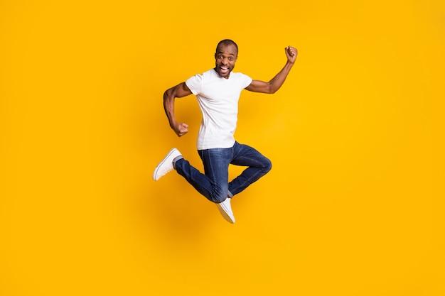 Fröhlicher positiver verrückter mann springen fäuste heben feiern den sieg