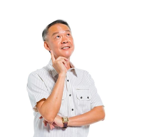 Fröhlicher reifer asiatischer mann denkt nach