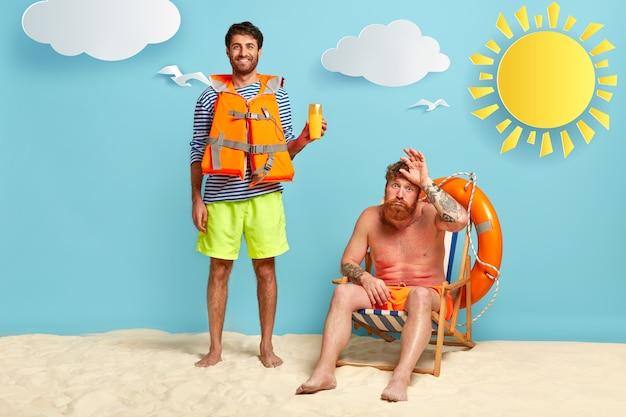 Fröhlicher rettungsschwimmer und sonnenverbrannter kerl, der am strand aufwirft