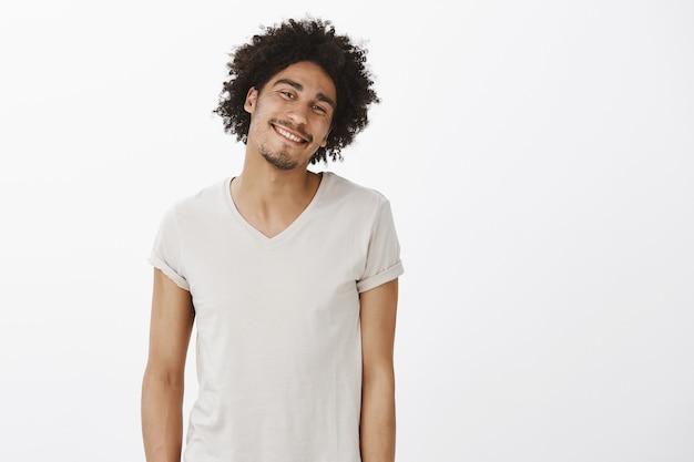 Fröhlicher sorgloser dunkelhäutiger mann, der glücklich lacht und lächelt
