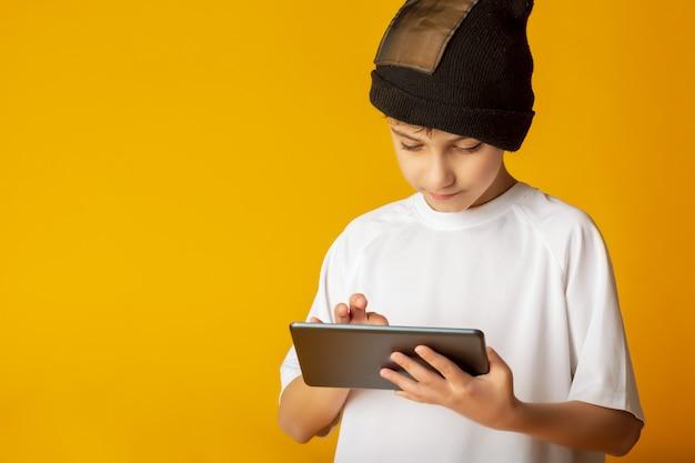 Fröhlicher teenager des jungen spielers, der videospiele spielt