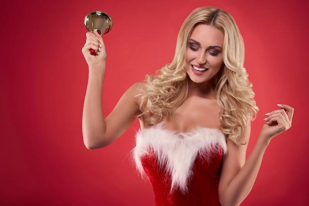 Fröhlicher weihnachtsmann, der mit der glocke tanzt