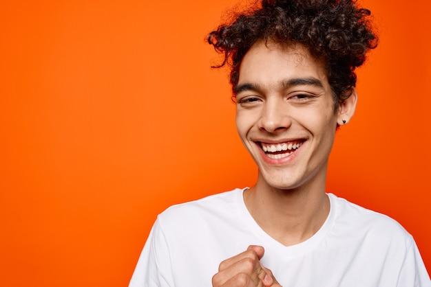 Fröhlicher weißer t-shirt-mode-moderner stil des lockigen mannes des fröhlichen mannes