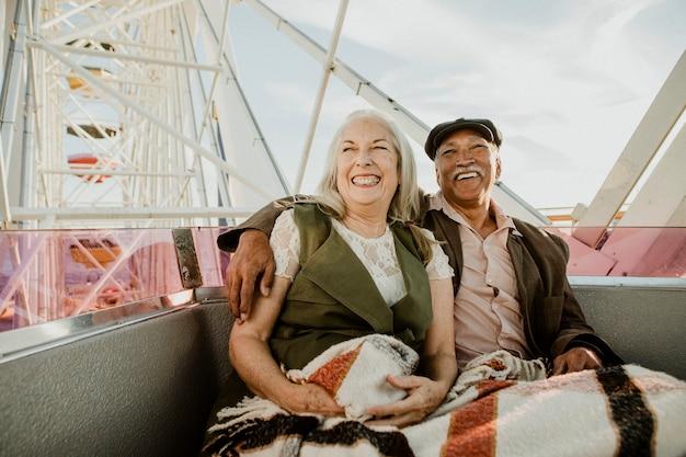 Fröhliches älteres paar genießt ein riesenrad am santa monica pier