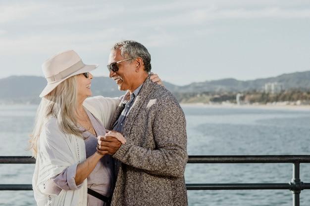 Fröhliches älteres paar tanzt am santa monica pier