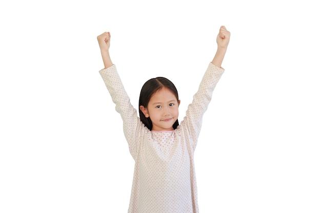 Fröhliches asiatisches kind hob die hände auf weiß