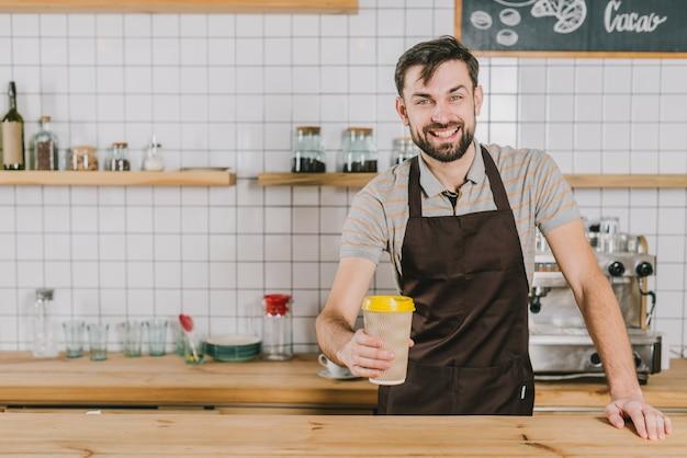 Fröhliches barista mit cup