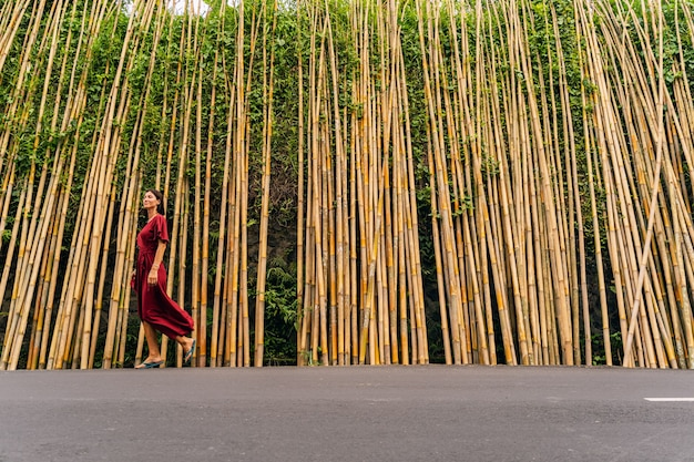 Fröhliches brünettes mädchen, das ein lächeln auf ihrem gesicht hält, während sie ihren tropischen urlaub genießt stockfoto