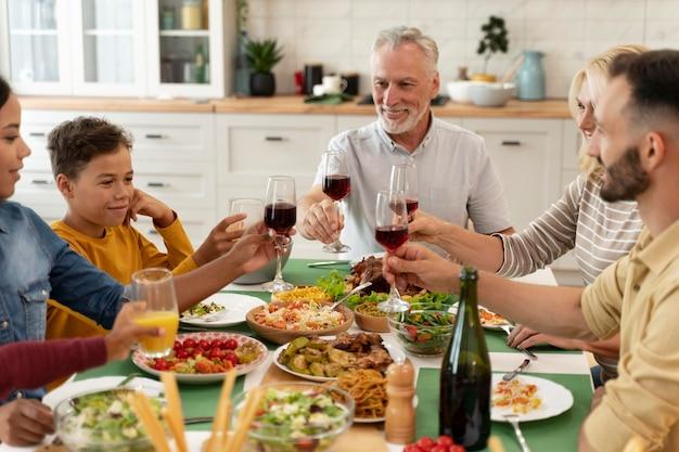 Fröhliches familienessen zusammen