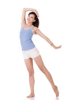 Fröhliches fitnessmädchen stehend und posierend, porträt in voller länge auf weißem hintergrund.