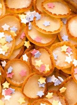 Fröhliches fröhliches frühstück des kleinen pfannkuchenmüslis mit staubiger textur. vertikales foto