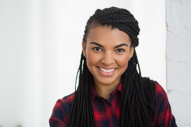 Fröhliches gesicht der jungen afroamerikanischen frau