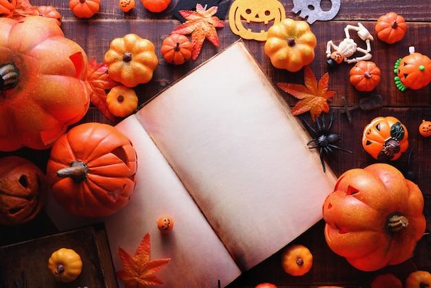 Fröhliches halloween-dekorationskonzept und buchdraufsicht mit kopienraum.