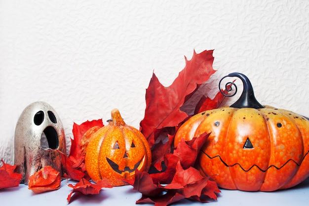 Fröhliches halloween. festliches stillleben, kürbislaterne und herbstlaub.